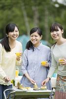 バーベキューをする3人の女性