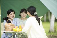 キャンプをする3人の女性
