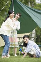 テントを組み立てる3人の女性