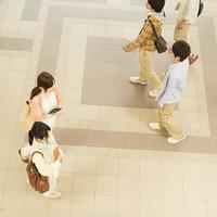 大学のロビーを歩く大学生