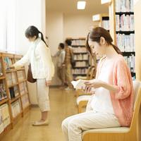 図書館で本を読む女性