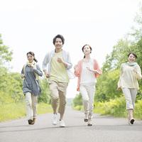一本道を走る大学生