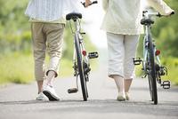 自転車を押すカップルの足元