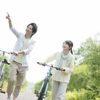 自転車を押すカップル