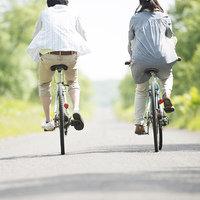 自転車に乗るカップルの後姿