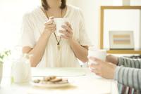 コーヒーを飲むカップルの手元
