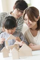 積み木をする女の子と両親