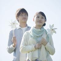 風車を持ち微笑むカップル