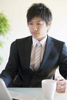 コーヒーカップを持つビジネスマン