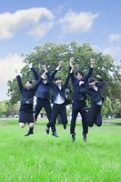 公園でジャンプする新社会人