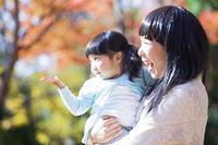 公園で遊ぶ母と娘