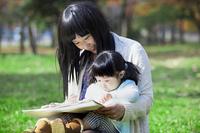 公園でお絵描きをする母娘
