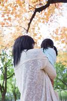 紅葉を楽しむ母と娘