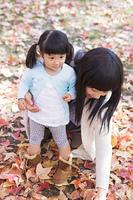 どんぐりを探す母と娘