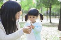たんぼぼを吹く母と娘