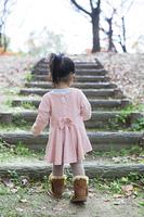 階段をのぼる女の子