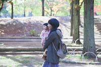 公園を散歩する母と娘