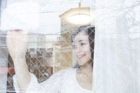 窓ふきをする女性