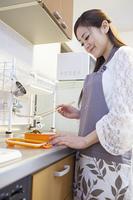 お弁当を作る女性