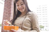 お昼ご飯を食べる女性