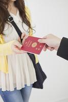 パスポートを受け取る女性