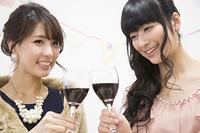 ワインで乾杯する女性