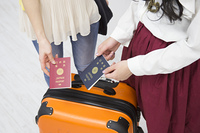パスポートを見せる女性