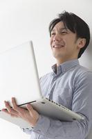 PCを操作する男性