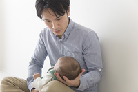 赤ちゃんをあやす男性