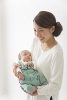 赤ちゃんをだっこする女性