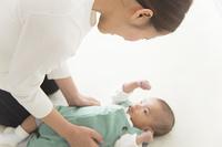 赤ちゃんを寝かしつける女性