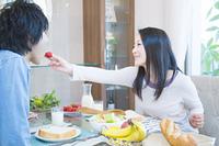 朝食を食べる夫婦