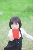 レッドカードを持つ女の子