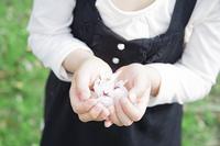 花びらを持つ女の子