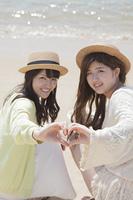 海辺で遊ぶ女の子たち