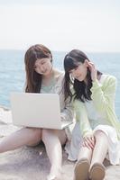 PCを操作する女の子たち