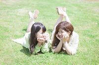 芝生に寝転ぶ女の子たち