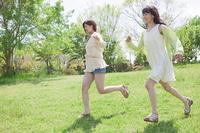 散歩をする女の子たち