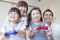 家の中で遊ぶ家族