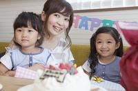 お誕生日を祝う家族