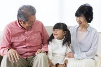 くつろぐ老夫婦と孫