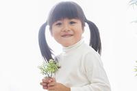 苗を持つ女の子