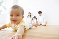 赤ちゃんを見守る家族