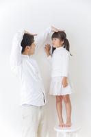 娘と遊ぶ父親