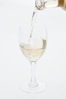 グラスに注ぐ白ワイン