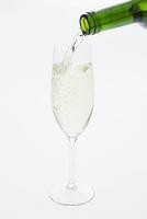グラスに注ぐシャンパン