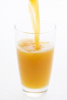 グラスに注ぐオレンジジュース