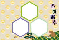 和風の書き初めをするニホンザルの六角形三枚の写真フレーム年賀状