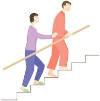 階段を上る高齢者と介護者