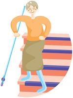 階段を下りる高齢の女性